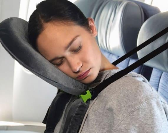 facecradle-hilft-im-flugzeug-zu-schlafen