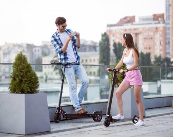 E-Scooter sind z.B. ein umweltfreundliches Fortbewegungsmittel für Städtetrips