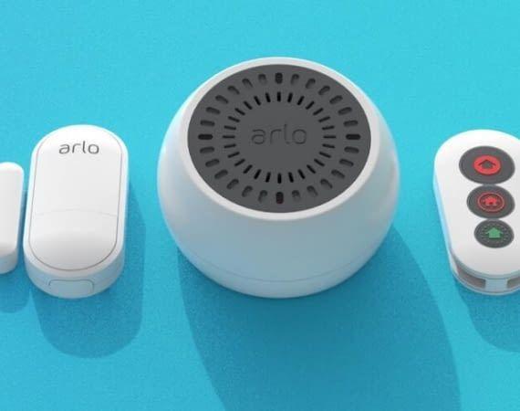 Das Arlo Sicherheitssystem besteht aus Sensor, Sirene und Fernbedienung
