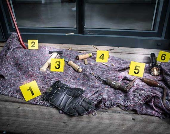 Einbrecher nutzen meistens mechanische Werkzeuge, um in Häuser und Wohnungen einzudringen