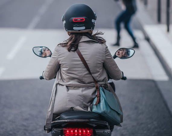 Cosmo Moto wird über Bluetooth mit dem Smartphone verbunden