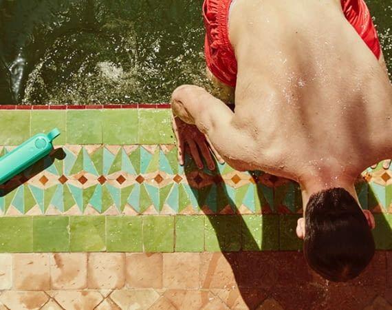 Der mobile Bluetooth-Lautsprecher Libratone TOO macht am Pool eine gute Figur