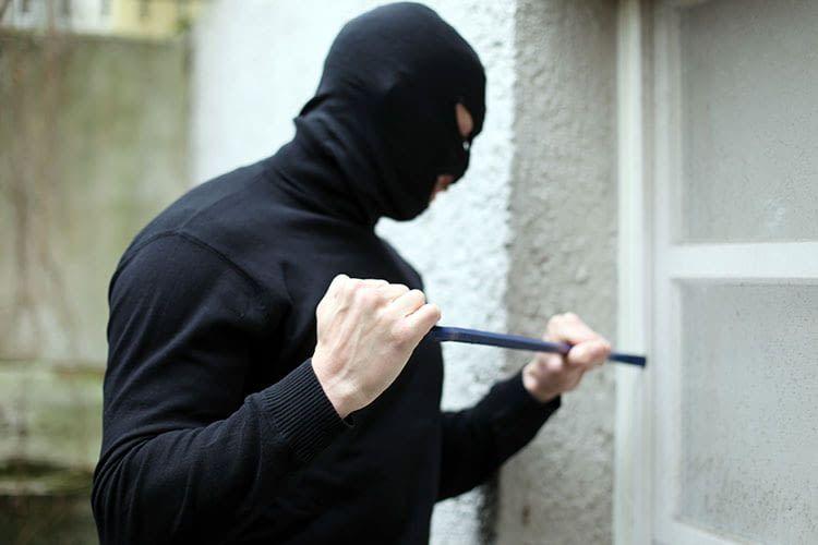 Einbrecher gelangen häufig über Fenster und Terrassentüren in Wohnungen und Häuser