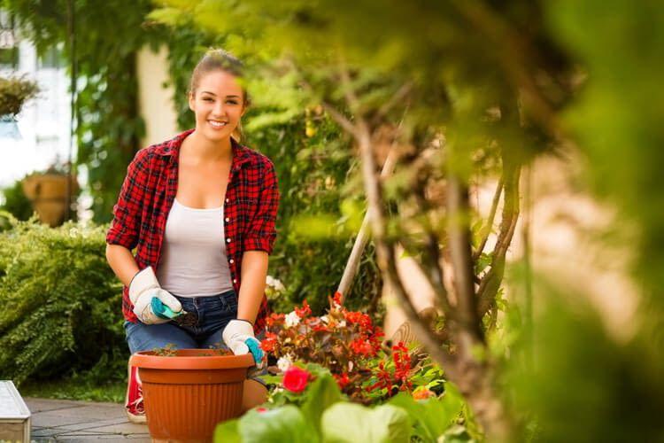 Egal ob Balkon, Terrasse oder Garten: Smarte Geräte erleichtern die Pflege