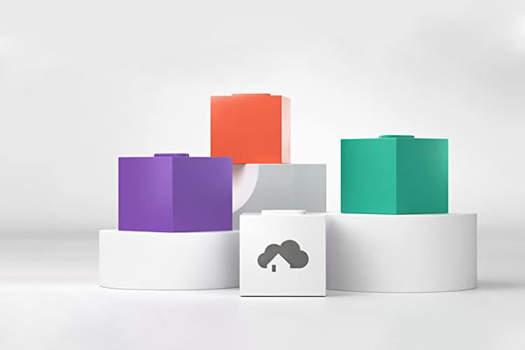 Die weiße homee Zentrale lässt sich um viele, bunte Funk-Cubes erweitern