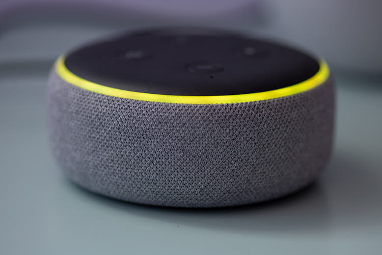 Wenn ein Echo Lautsprecher gelb leuchtet, liegen Informationen für seinen Besitzer bereit