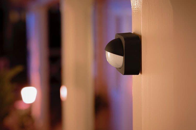 Bewegungsmelder können im Außenbereich Beleuchtung aktivieren und so Stolperschutz bieten