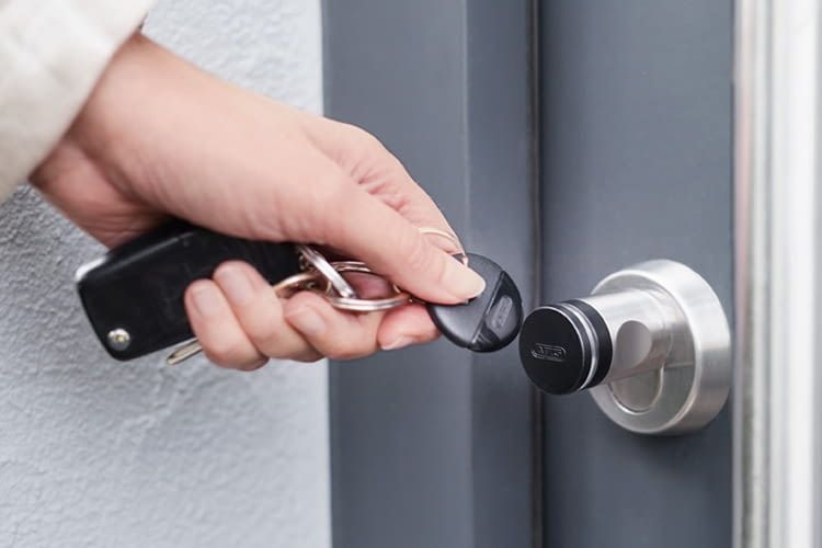 Schlüsselfrei und unkompliziert: Elektronische Türschließanlagen lassen sich leicht nachrüsten