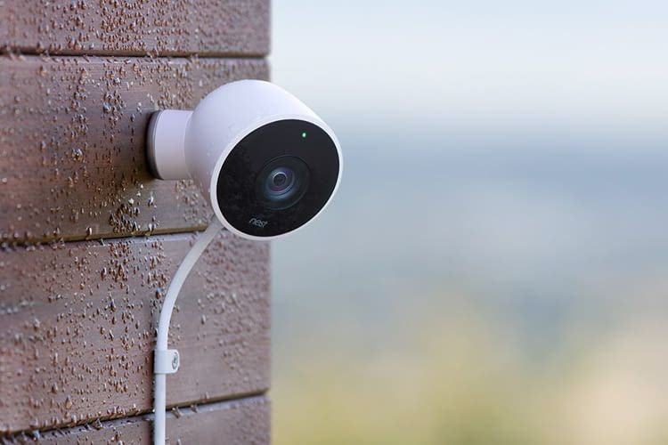 Die Outdoor Überwachungskamera von Nest bewacht zum Beispiel den Garten