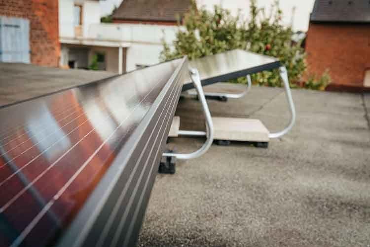 Balkonkraftwerk Solaranlagen finden dank spezieller Aufsteller auch auf dem Garagen- oder Carport-Dach platz