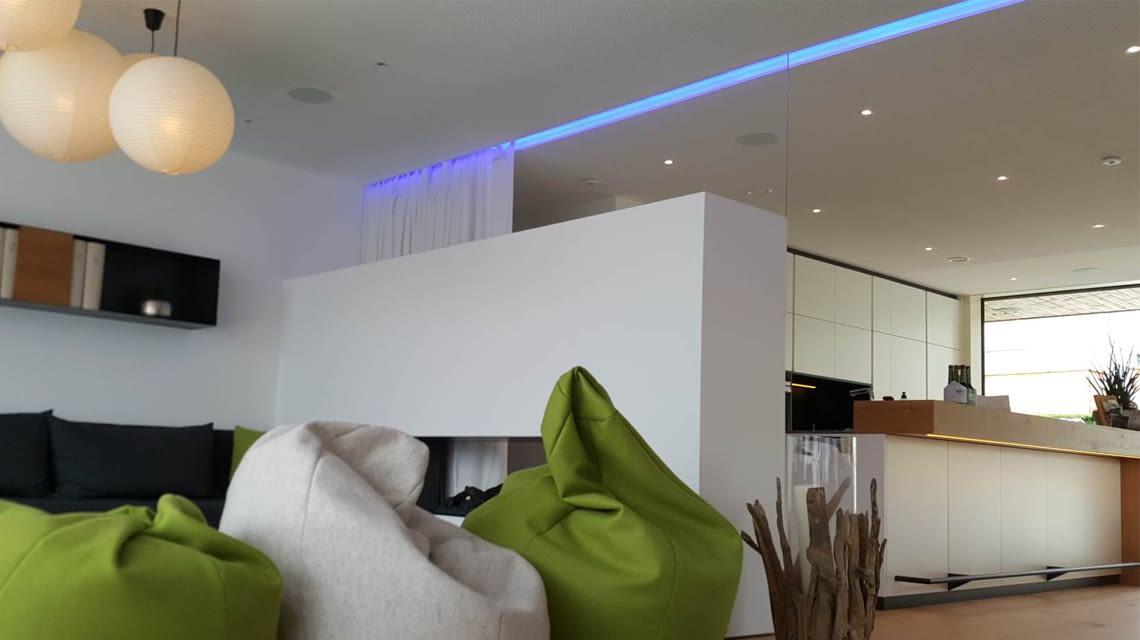 Lichtsteuerung mit Loxone: Der Wohnbereich erstrahlt im home&smart-Blau