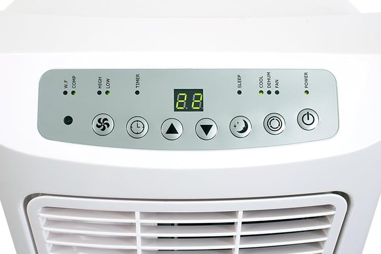 Dieses Klimagerät kann mit dem integrierten Display oder per Fernbedienung gesteuert werden