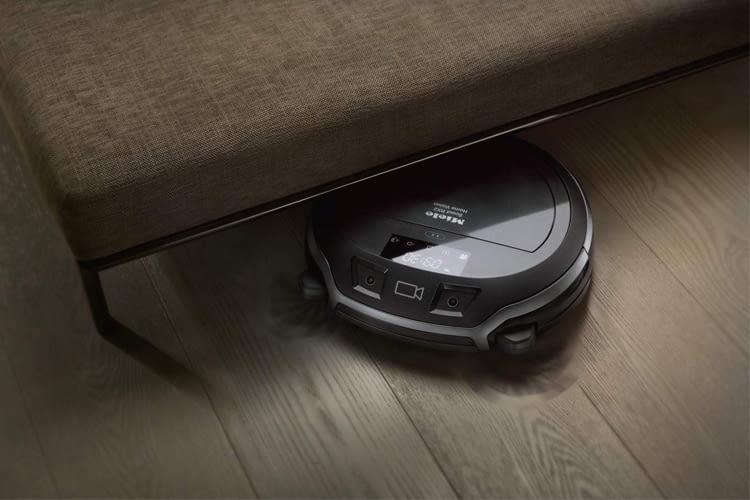 Unter Möbeln zu putzen ist für diesen Saugroboter ein Kinderspiel