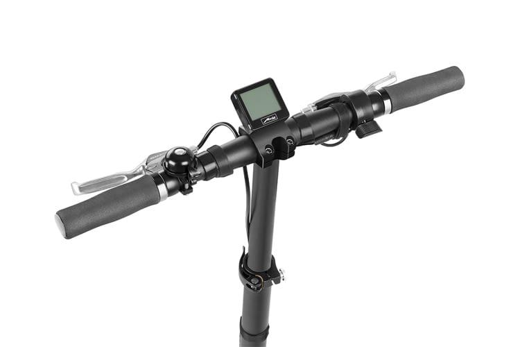 Statt per App zeigt der E-Roller über ein Display Akkustand, Geschwindigkeit und Tageskilometer