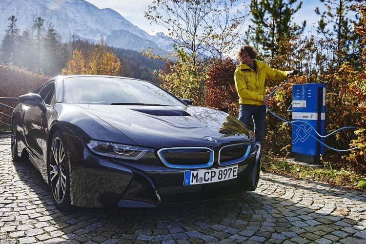 Ein BMW i8 beim Stromtanken - mit vollem Akku für sportliche Fahrleistungen