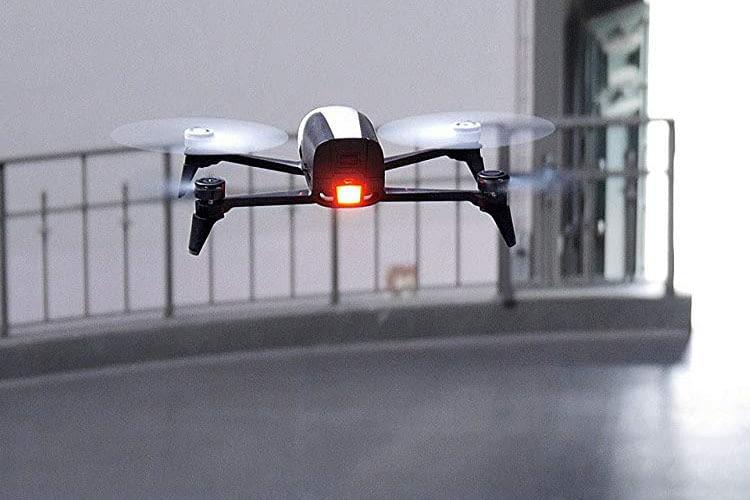 Das helle LED-Licht auf der Rückseite von Parrot Bebop 2 FPV sorgt für gute Sichtbarkeit