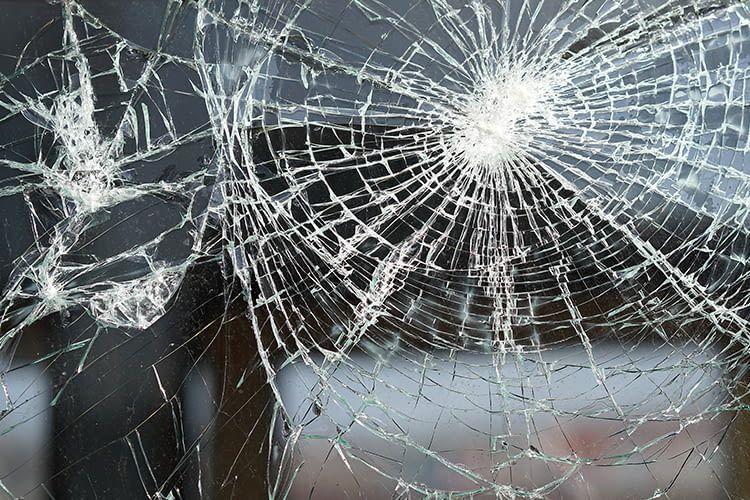 Angriffhemmende Fensterfolie sorgt dafür, dass Einbrecher deutlich länger benötigen, um durch ein Fenster ins Haus zu gelangen