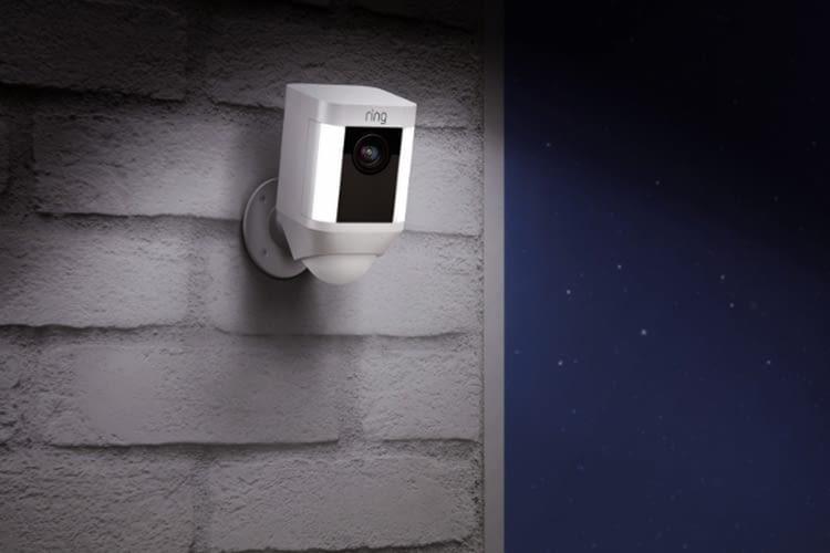 Auch die Spotlight Cam reagiert auf nächtliche Bewegung mit Scheinwerferlicht