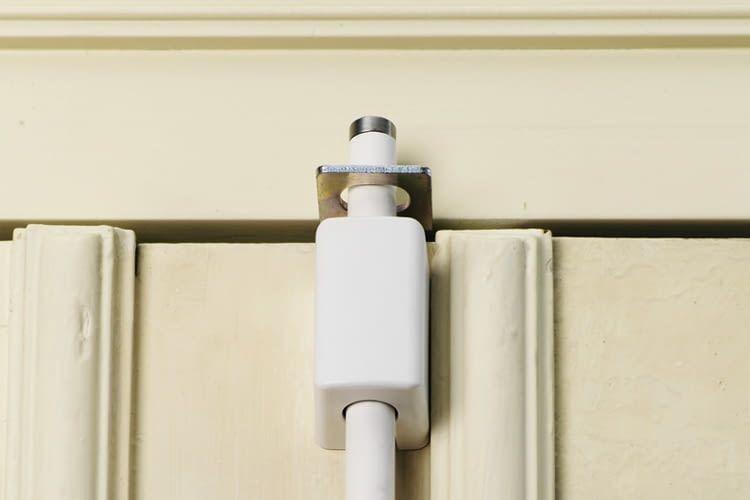 Das Türstangenschloss rastet oben und unten ein, sichert die Tür als über die gesamte Länge
