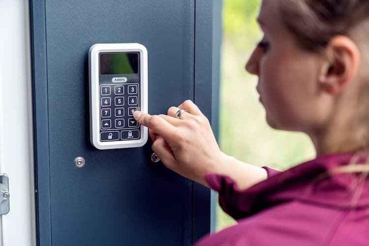 Per PIN-Code gelangen Bewohner ganz einfach über die Terrasse in ihr Zuhause