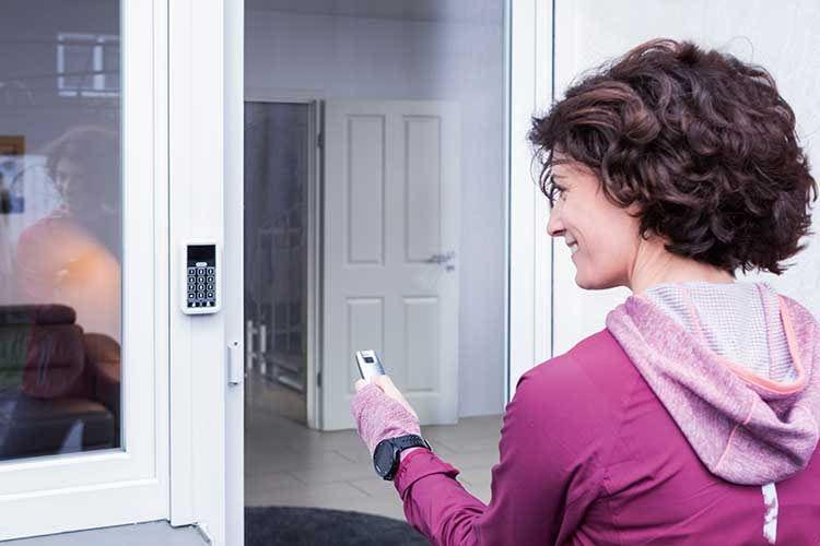 Nach der Umrüstung lässt sich die zweite Haustür entweder per Fernbedienung oder PIN-Code öffenen und schließen