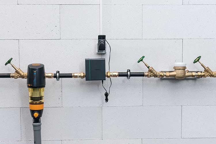 Die Pontos Base von hansgrohe wird zwischen Wasseruhr mit Absperrventilen und dem Wasserfilter mit Druckminderer installiert