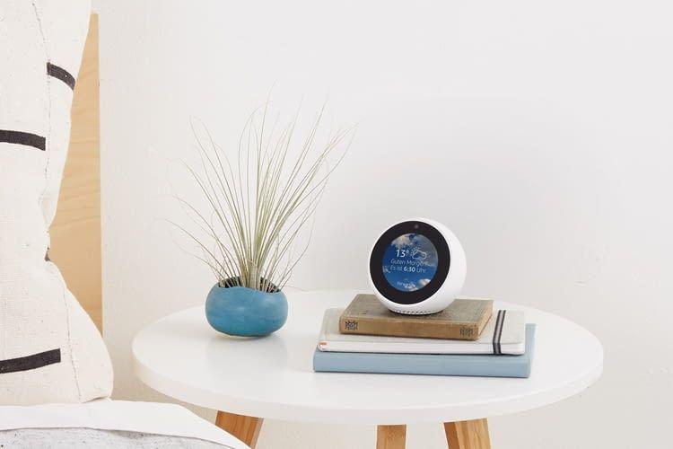Mit einer großen Auswahl an Watch-Interfaces kann man den Screen des Echo Spot schmücken