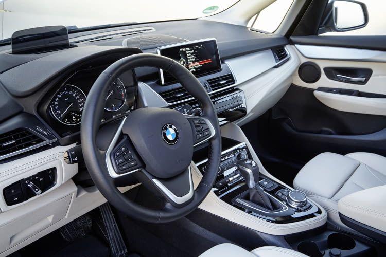 Die Serienausstattung der BMW 225xe Active Tourer Basisversion ist bereits gut ausgestattet