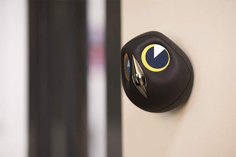 Die interaktive Ulo Überwachungskamera kann auch an der Wand montiert werden
