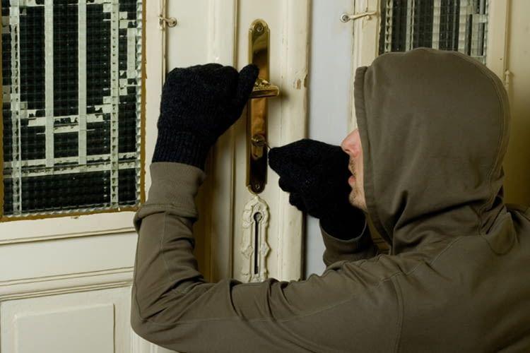 Einbrecher lassen sich oft durch Geräusche oder Licht von ihrem Tun abhalten