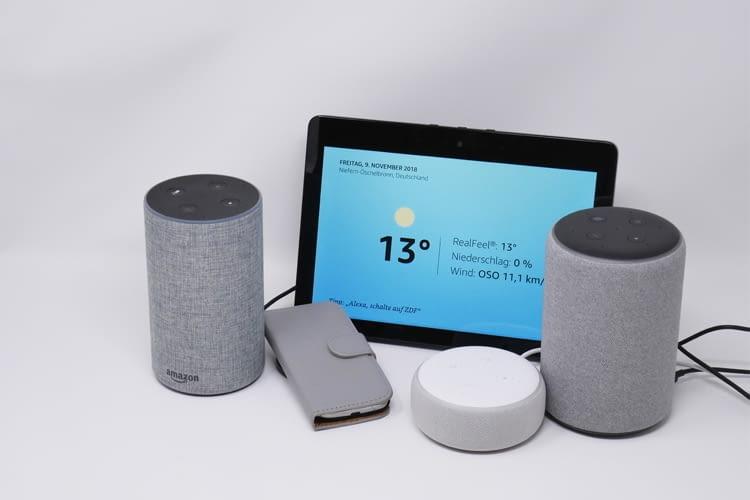 Hier sieht man (von links nach rechts) die Alexa-Lautsprecher Echo 2, Echo Show 2, Echo Dot 3 und Echo Plus 2