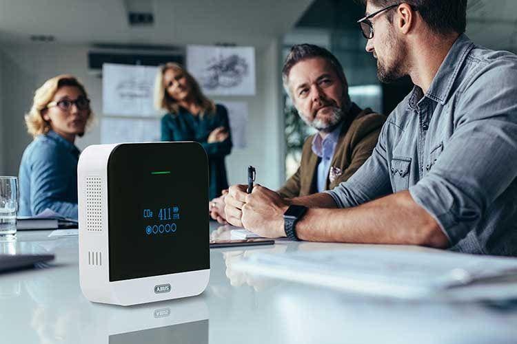 Nicht fürs Home Office: der ABUS AirSecure CO2-Melder eignet sich auch perfekt für Meeting-Räume in Unternehmen