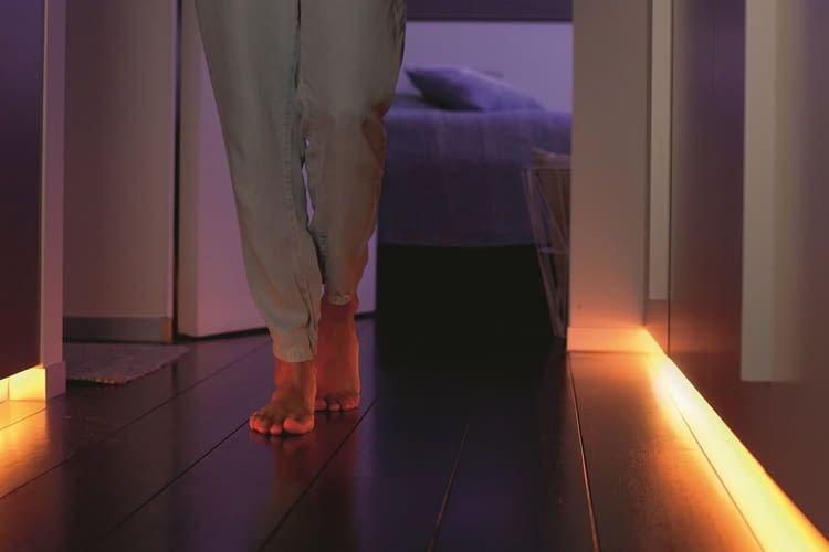 Die indirekte Flurbeleuchtung mit Philips Hue LightStrip lässt sich durch einen Bewegungsmelder automatisieren