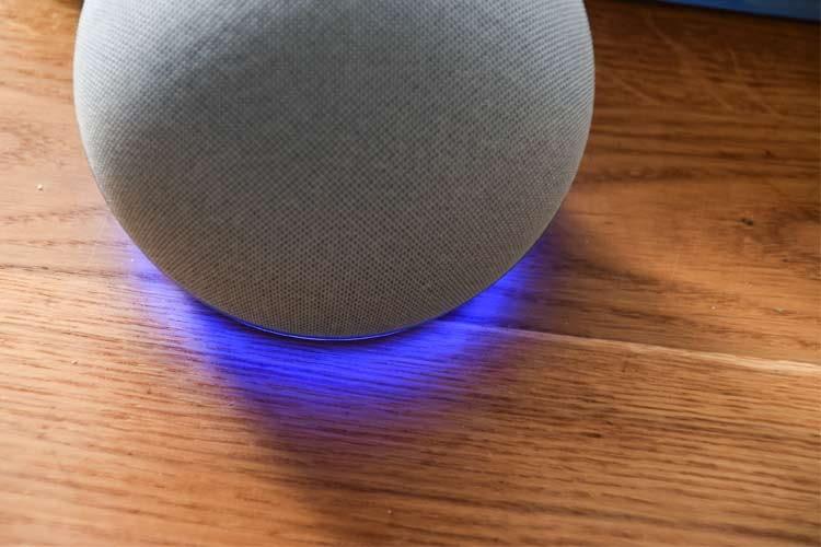 Alexa (hier auf einem Amazon Echo 4) hilft dabei Einkäufe zu organisieren