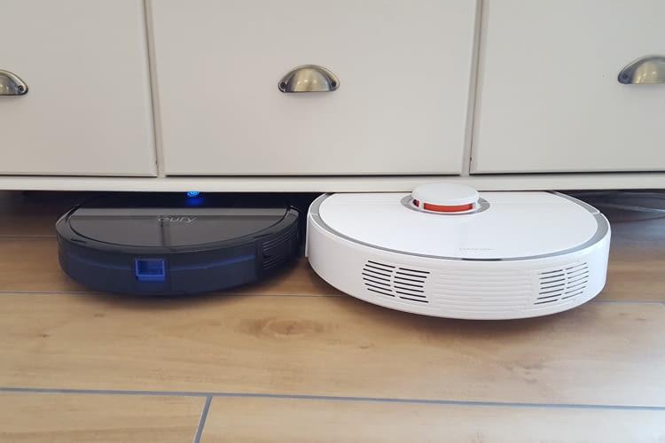 Im Test gelangte Eufy RoboVac 30C einfacher unter Möbel als das Vergleichsmodell