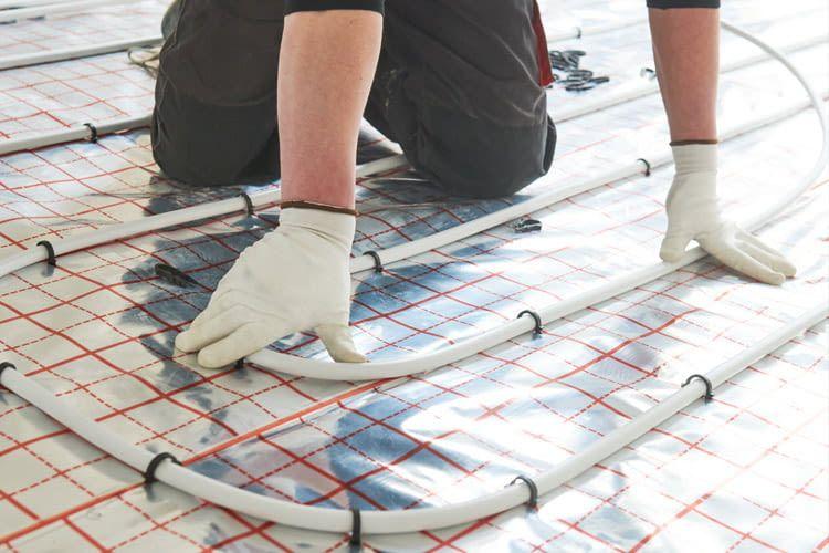 Bei der Warmwasser-Fußbodenheizung gibt es mehrere Optionen zur Rohr-Verlegung
