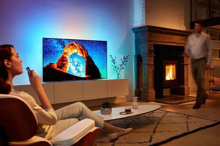 Philips 55 Zoll-Smart TV 55OLED803 analysiert die Bildschirmfarben und strahlt diese an die Wand