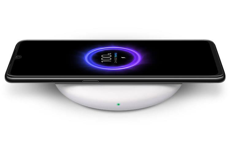 Xiaomi Mi 9 lässt sich kabellos laden - mit einer optional erhältlichen 20 W starken Qi-Ladestation für schnelles Aufladen