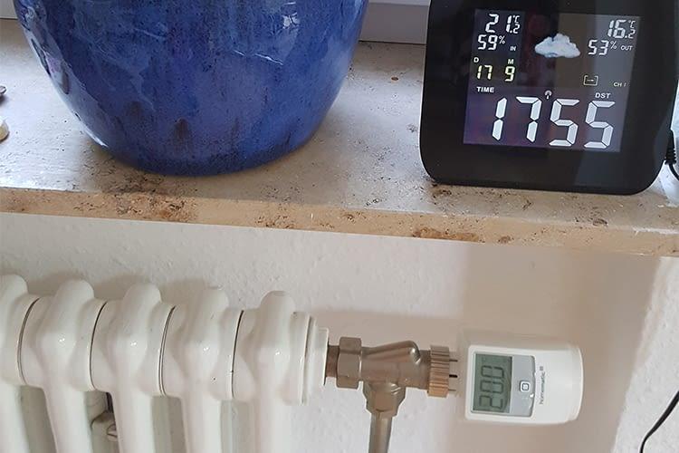 Der Heizkörperthermostat bezieht die Daten des Wettersensors mit ein