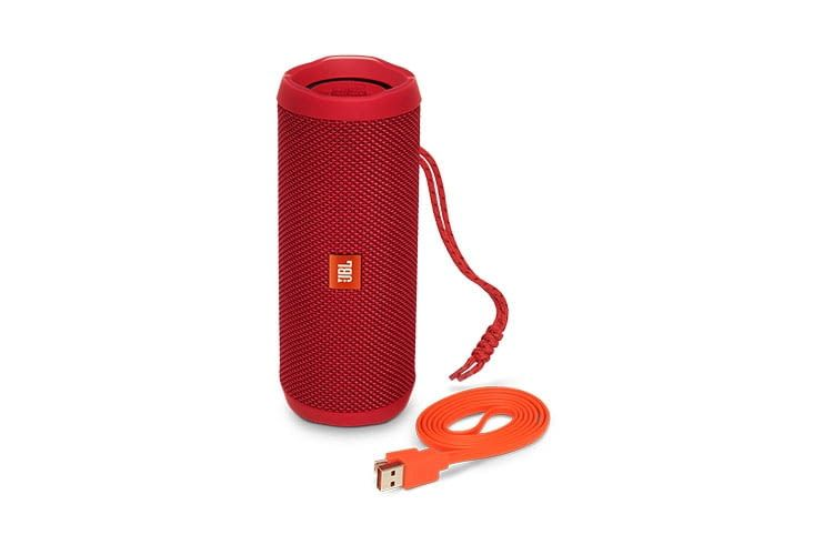 JBL Flip 4 in Rot mit USB-Ladekabel in oranger Farbe