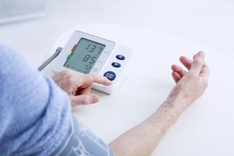 Risikopatienten sollten trotz erfolgreicher Blutdrucksenkung regelmäßig nachmessen