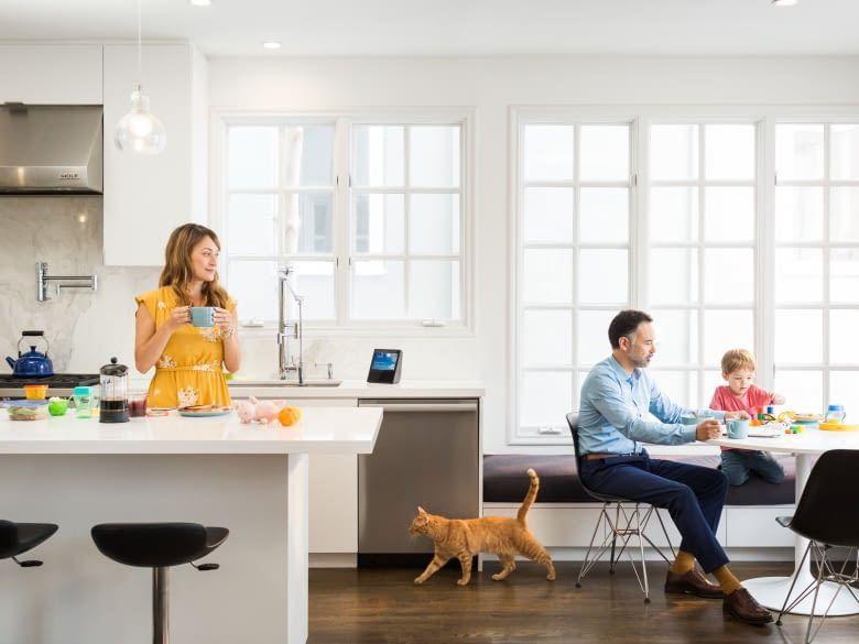 Amazon Echo Show fühlt sich in der Wohnküche wohl und streamt dort Musik und Filme