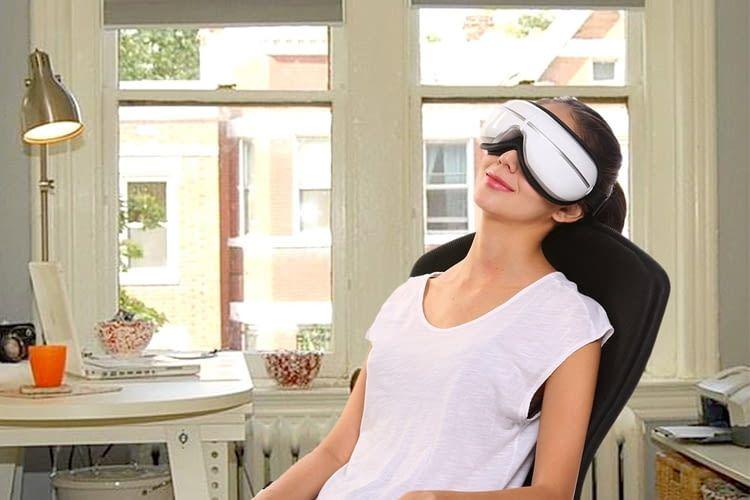 Das Augenmassagegerät hilft Schwellungen der Augen zu verringern