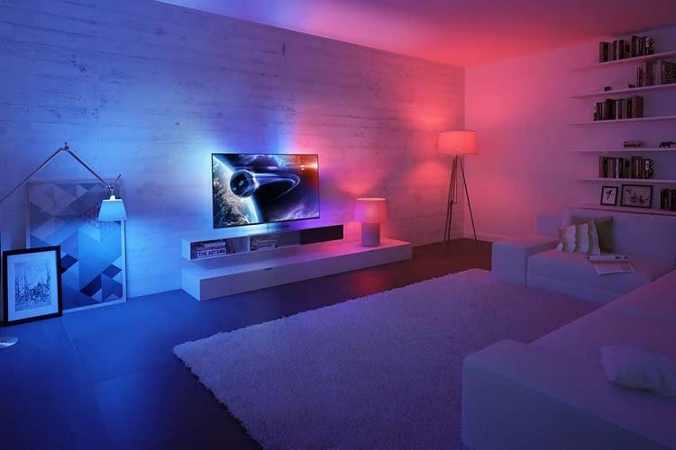 Philips Hue Lampen harmonieren perfekt mit der Ambilight-Funktion von Philips Smart TVs