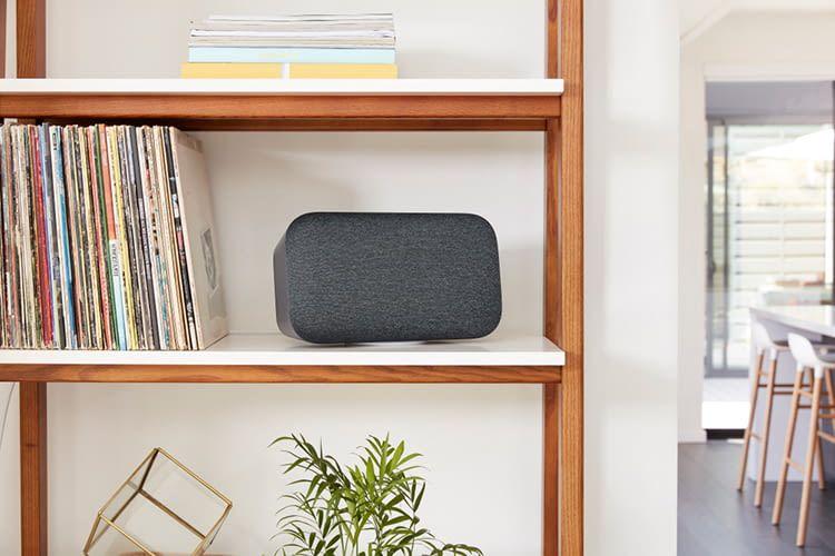 Google Home Max kann sowohl horizontal wie senkrecht gestellt werden - er wechselt dann von Stereo zu Mono