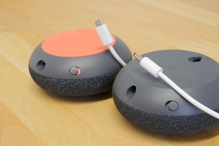 Google Home Mini (li.) und Nest Mini (re.) im Vergleich: Der neue Lautsprecher verfügt über einen Hohlstecker sowie eine Aufhängevorrichtung