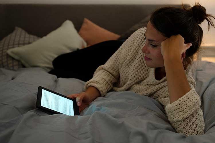 Dank Bildschirmbeleuchtung ist das Lesen im Dunklen kein Problem