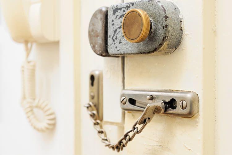 Dank einer mechanischen Türkette kann lässt sich diese Tür nicht einfach von außen aufdrücken