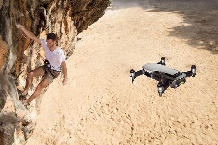 Die DJI Mavic Air Drohne beherrscht Auto-Tracking, bei es z. B. eine bestimmte Person filmt