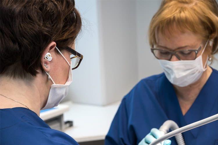 Die Ohrstöpsel entlasten das Gehör von Zahnarzthelfern wie Patienten